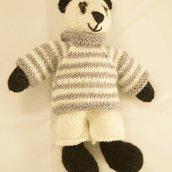 Po-Panda in lana realizzato a maglia. Imbottitura in kapok