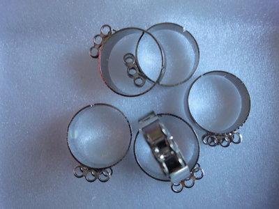 6 basi per anelli regolabili 19x22m. con 6 anellini per ciondoli color argento