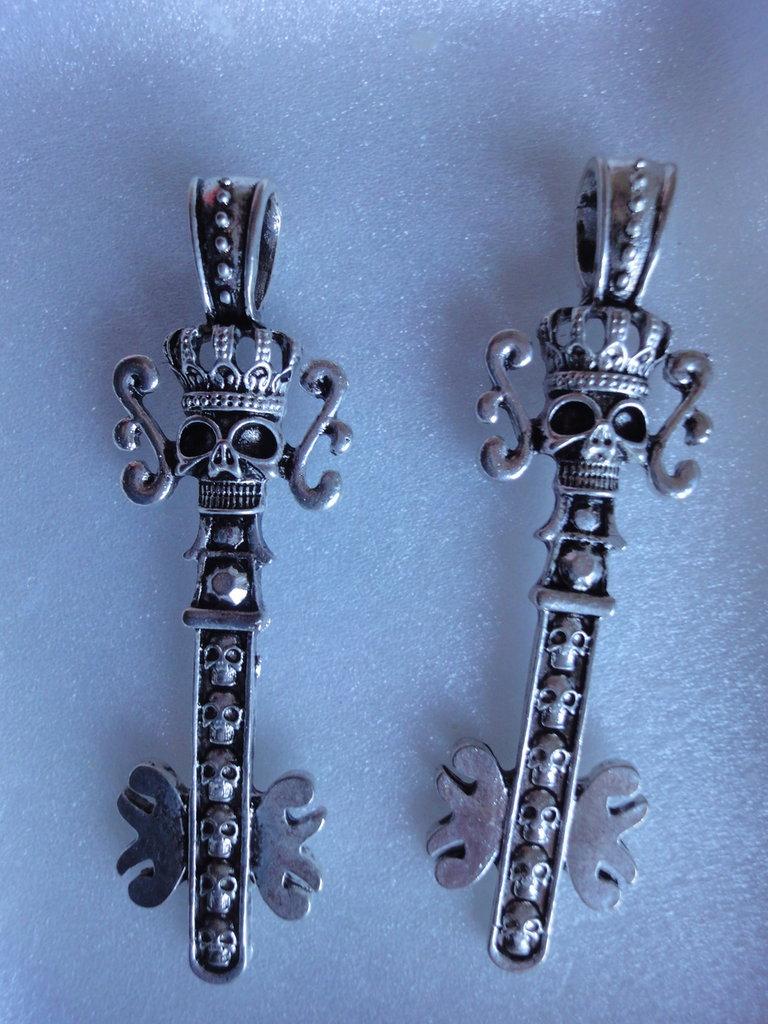 2 Ciondoli Chiavi Teschio con corona, anello grande in metallo color argento 67x20 mm.