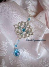 Ciondolo color argento al chiacchierino, perline e cristalli azzurri