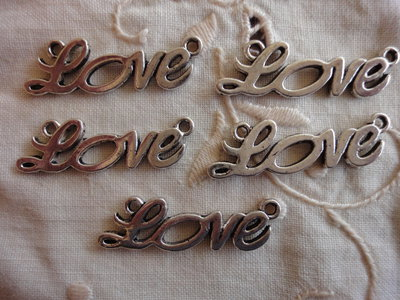 5 Ciondoli Love in metallo color argento 34x11mm.