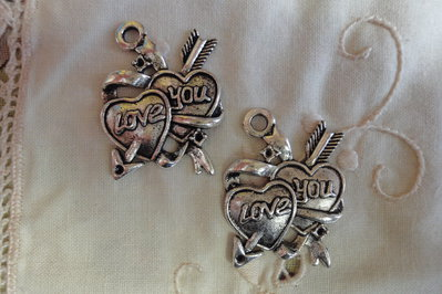 2 Ciondoli Love You in metallo color argento 27x38mm.