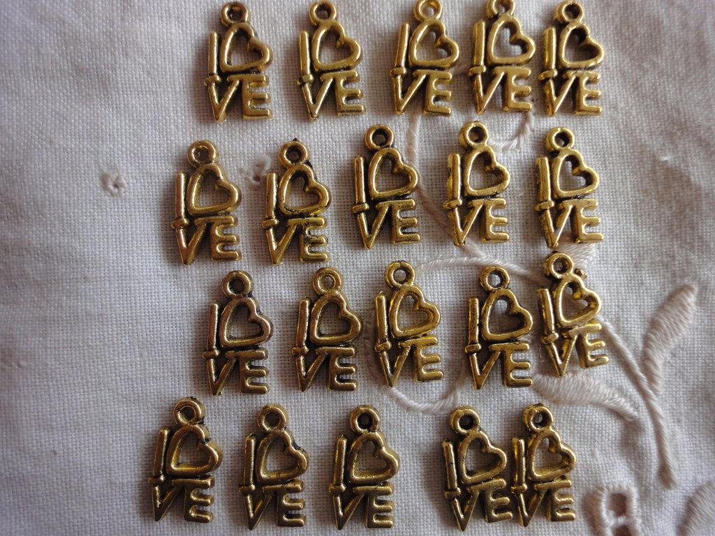 20 Ciondoli Love in metallo color oro 14x8mm.