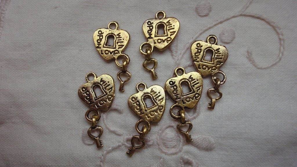 6 Ciondoli Cuori con Chiave in metallo color oro 12x22mm.