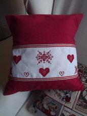 Cuscino rosso in tessuto di cotone con bordo ricamato