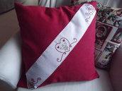 Cuscino di cotone rosso con bordo ricamato