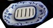 porta saponetta di ceramica, formata da vassoio e tavoletta fessurata con motivi a zaffire blu