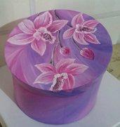 scatola di cartone decorata con colori acrilici