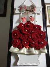 Vaso da parete con rose rosse