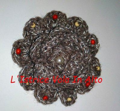 Grande spilla a forma di fiore fatta a mano ad uncinetto