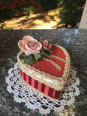 Scatola cuore ricoperta in stoffa e velluto con rose