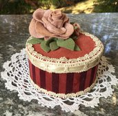 Scatola rotonda ricoperta in stoffa e velluto con rose