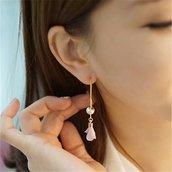 Orecchini a catenella con fiore tessuto rosa e perla bigiotteria