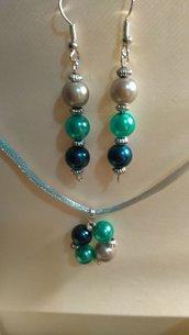 Orecchini e ciondolo con perle colorate