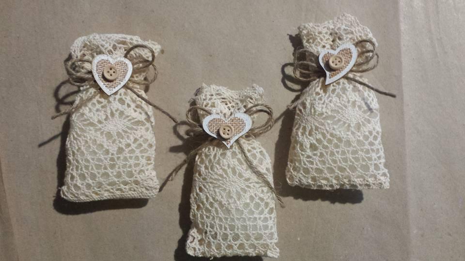 Sacchetti ricamati portaconfetti bomboniere shabby chic applicazione cuore legno matrimonio comunione compleanno battesimo laurea