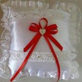 Cuscino portafedi con ricamo e nastro raso rosso + cuore strass matrimonio chiesa sposi nozze