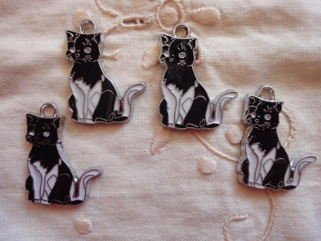 4 Ciondoli Gatti neri in smalto 28x22 mm.