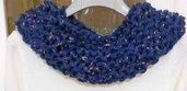 Sciarpa collana nei toni del blu fatta a mano ad uncinetto con anellini creati manualmente