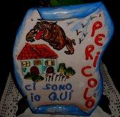 Targa a forma di pergamena di ceramica per proteggere casa, con motivi e scritta spiritosa in rilievo