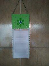 Notes magnetico e da parete con matita e decorazioni sui colori del verde