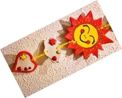 Sole cuore etichetta di ceramica uniti con cordoncino decorazione camera bambino  a colori vivaci