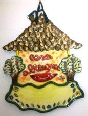 casetta da appendere di ceramica, molti elementi in rilievo con bocca sorridente da personalizzare