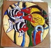 piccolo quadro di ceramica con motivi di pesci e alghe rilevati lucidi su un contorno opaco