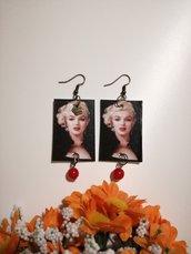Marilyn Monroe orecchini di carta pendenti con perla rossa.