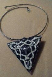Collana con pendente triangolare