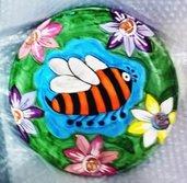 Piatto  murale di ceramica da appendere: ape maya arancio e nera tra i fiori nel prato verde