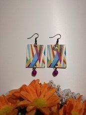 Orecchini di carta pendenti fantasia geometrica con perla viola.