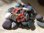 Orecchini chiacchierino corallo con perlina sfaccettata e perline Toho
