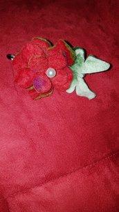 Spilla di lana cotta bicolore  come lavorazione e con colore dominante rosso per il fiore e bianco per la farfalla