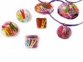 Monile in resina di varie forme con all'interno mollette colorate