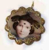 Ciondolo in resina a forma di fiore, con immagine Dea dal terzo occhio.