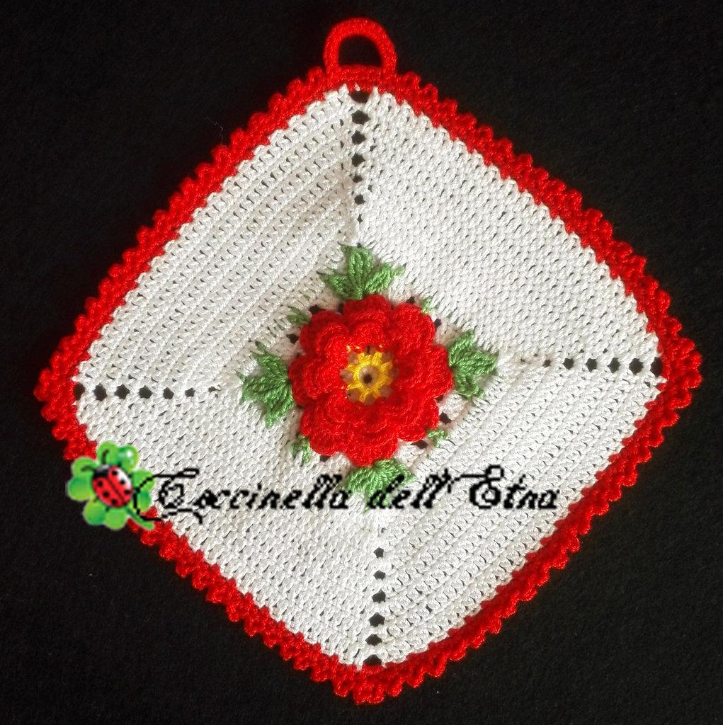 Idee Regalo Per Natale All Uncinetto.Presina All Uncinetto Con Rosa Irlandese Rossa Idea Regalo Di Natale