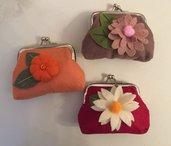 Borsellino clic clac di feltro decorato con fiori di feltro
