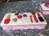 Scatola di latta rivestita di feltro e decorata con trucchi make up di feltro