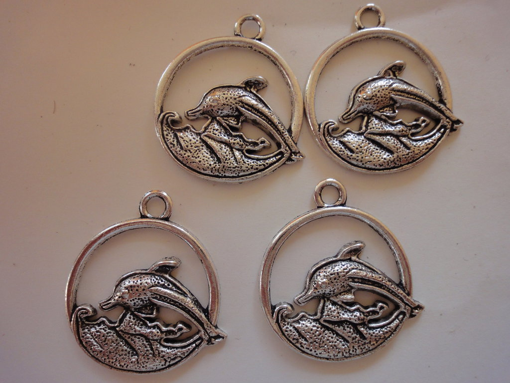 4 Ciondoli Delfino in metallo color argento 30x27mm.