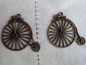 2 Ciondoli Ciclo in metallo color bronzo 50x45mm.