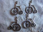 4 Ciondoli Ciclo in metallo color argento 32x27mm.
