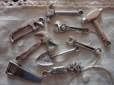 9 Ciondoli Attrezzi diversi in metallo color argento