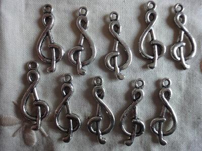 10 Ciondoli Chiavi di violino in metallo color argento 27x10mm.