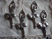 4 Ciondoli Ballerine in metallo color argento 52x20mm.