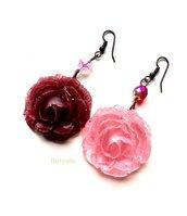 Orecchini rose resina bicromatici primavera boho chic cristalli di Boemia