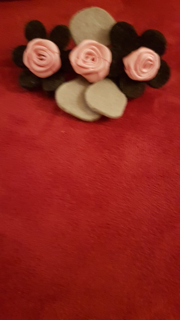 Fermaglio con fiori in  lana cotta e roselline