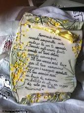 Pergamena di ceramica con impressione di fiori foglie di mimosa che incorniciano pensieri per la donna