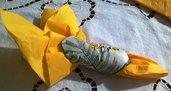 Portatovaglioli di ceramica con fiori e foglie mimosa impressi, ma anche bomboniera