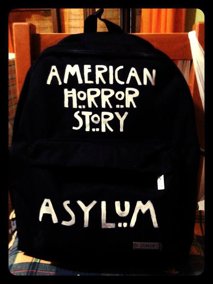 """Zaino in tela dipinto a mano a tema """"American Horror Story : Asylum""""."""
