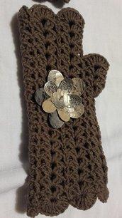 Guanto in lana merinos con fiori in pelle